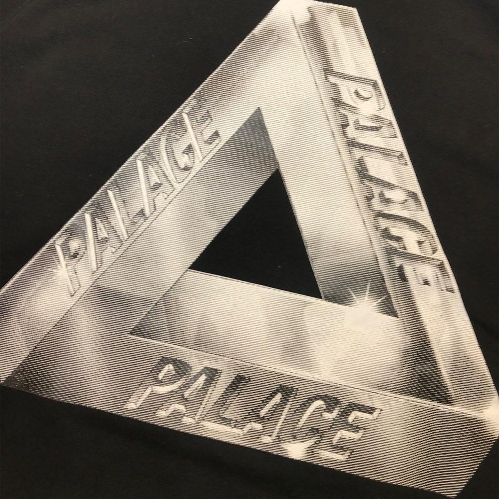 Palace Pyramid Hood_0000_Palace pyramid hood black medium logo